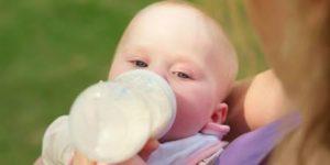 #HEALTH : जानिए कैसे , बच्चे को प्लास्टिक की बोतल में दूध पिलाना है खतरनाक