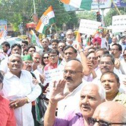#Kanpur : कलेक्ट्रेट गेट पर कांग्रेसियों ने किया प्रदर्शन