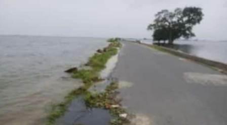 Barracking on Gorakhpur Badhalganj NH, water came on the bridge
